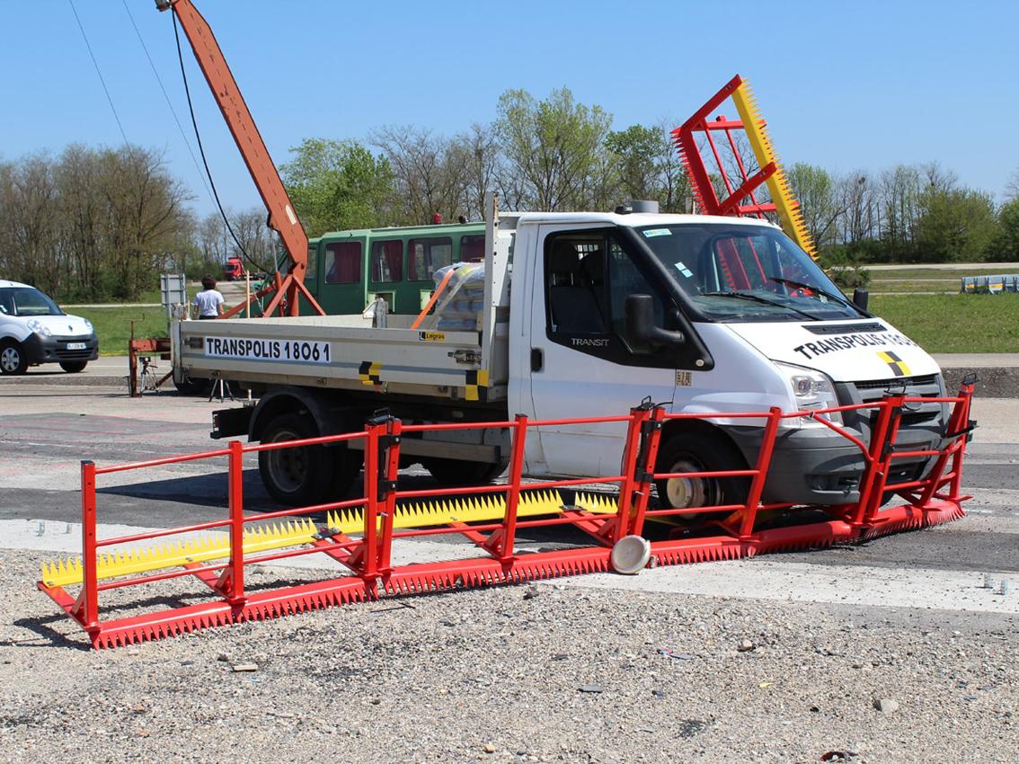 Coté droit du camion immobilisé  vu de la zone proétégée